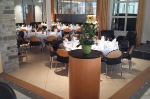 MMI-Das Hotel: Das an unser Restaurant angrenzende Kaminzimmer können Sie für Feiern mit bis zu 50 Personen nutzen.